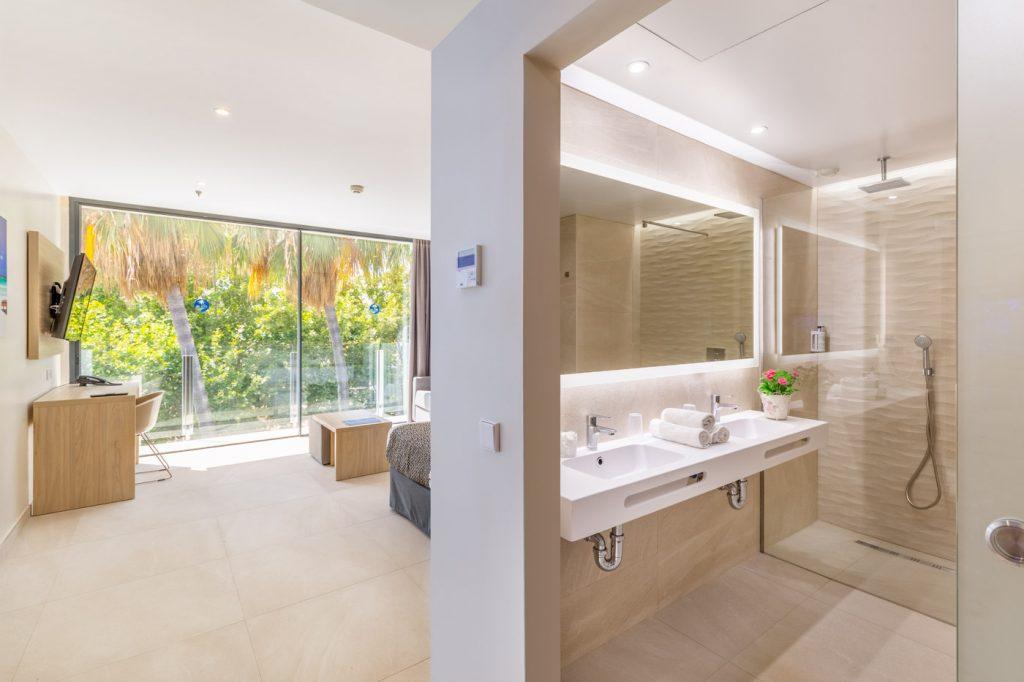 junior-suite-1-hotel-samos-magaluf-en-suite-bathroom